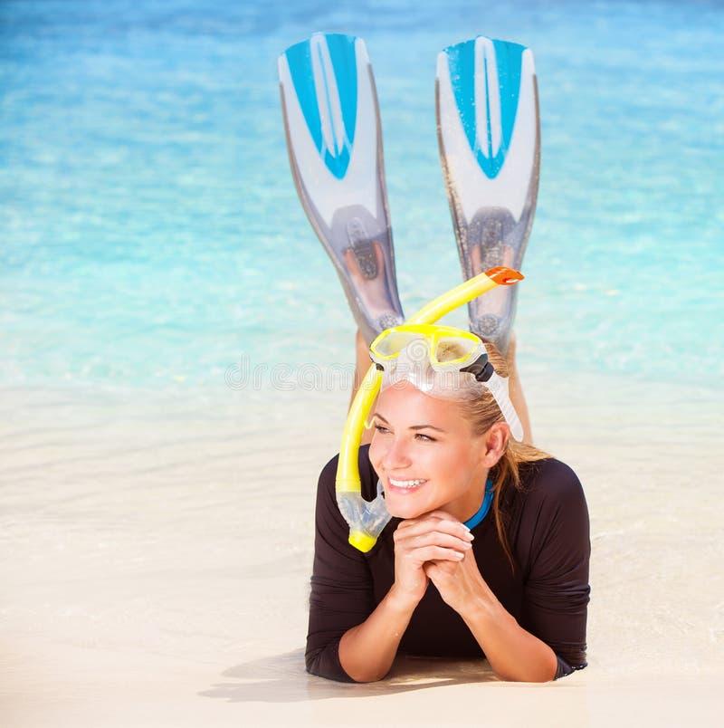 Счастливый водолаз на пляже стоковая фотография