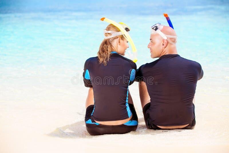 Счастливый водолаз на пляже стоковое фото