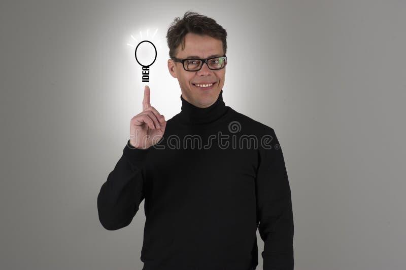 Счастливый гордый человек показывая его идею электроэнцелфалограммы стоковое изображение