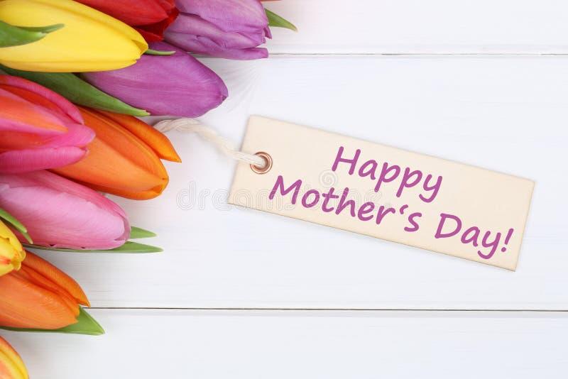 Счастливый День матери с тюльпанами цветет на деревянной доске стоковое изображение rf