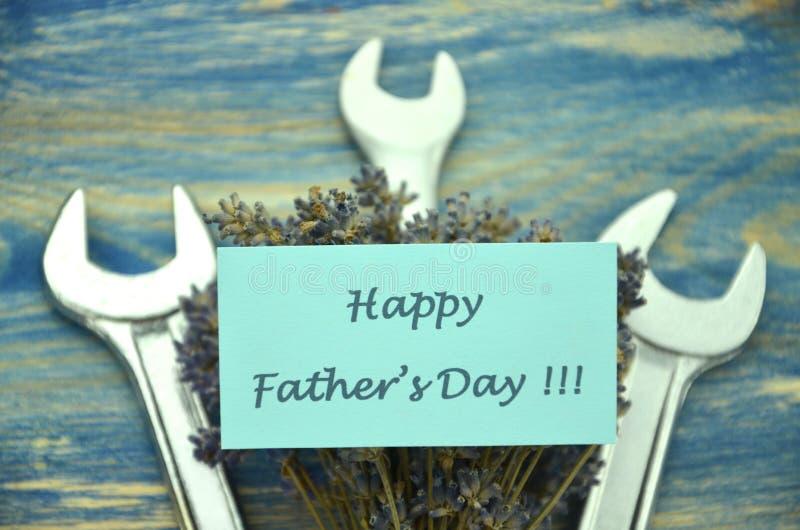 Счастливый день отцов желает, пук шикарных цветков лаванды и гаечные ключи стоковое фото rf