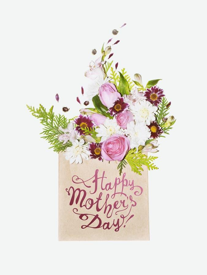 Счастливый день ` s матери! Флористический букет в конверте стоковые изображения