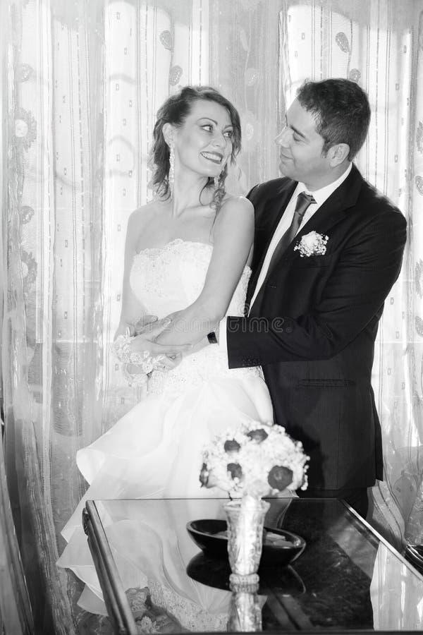 Счастливый жених и невеста в доме черная белизна стоковые изображения