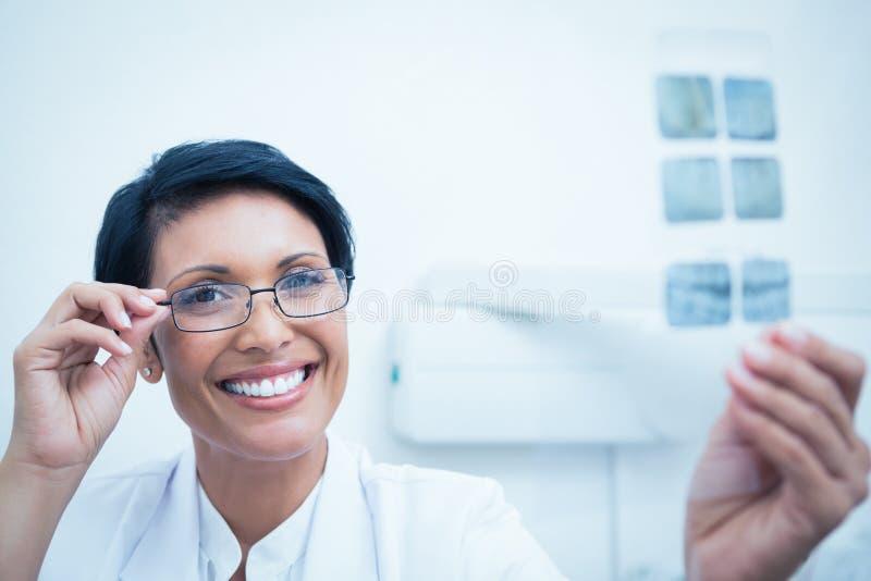 Счастливый женский дантист держа рентгеновский снимок стоковая фотография rf