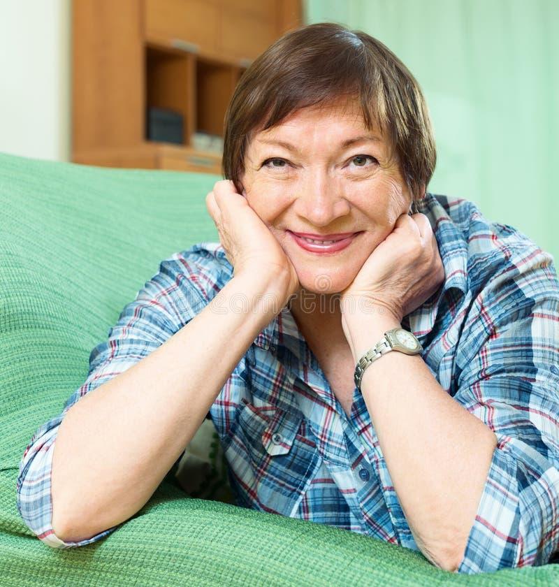 Счастливый женский пенсионер с checkered блузкой стоковые изображения
