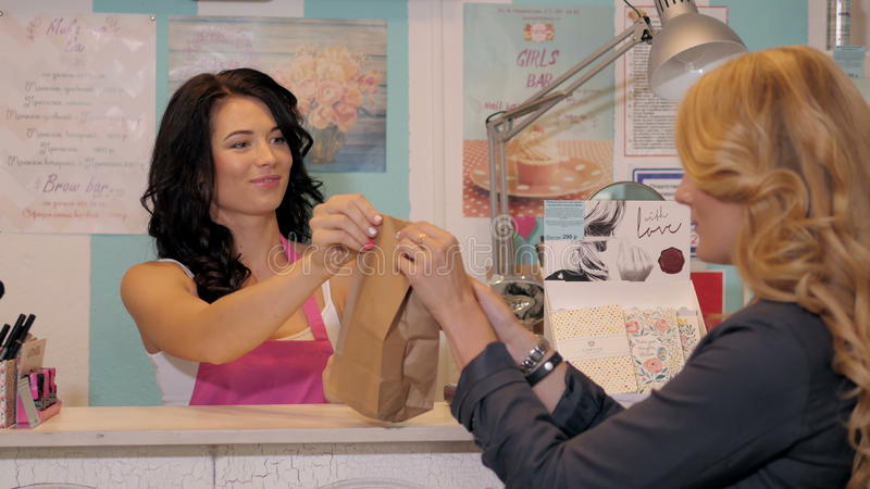 Счастливый женский портрет продавца или продавца в приобретении пакета магазина супермаркета стоковая фотография rf