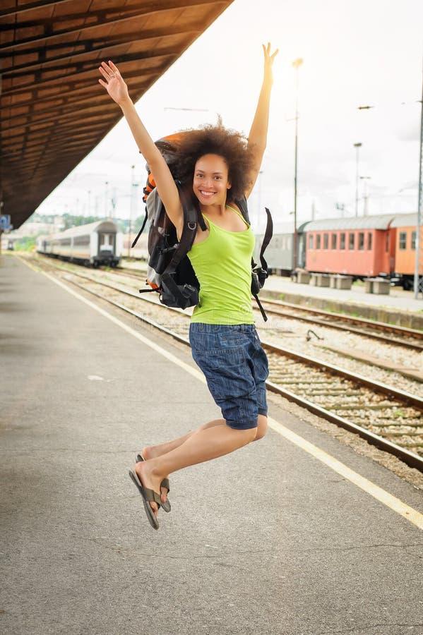 Счастливый женский туристский скакать стоковые изображения