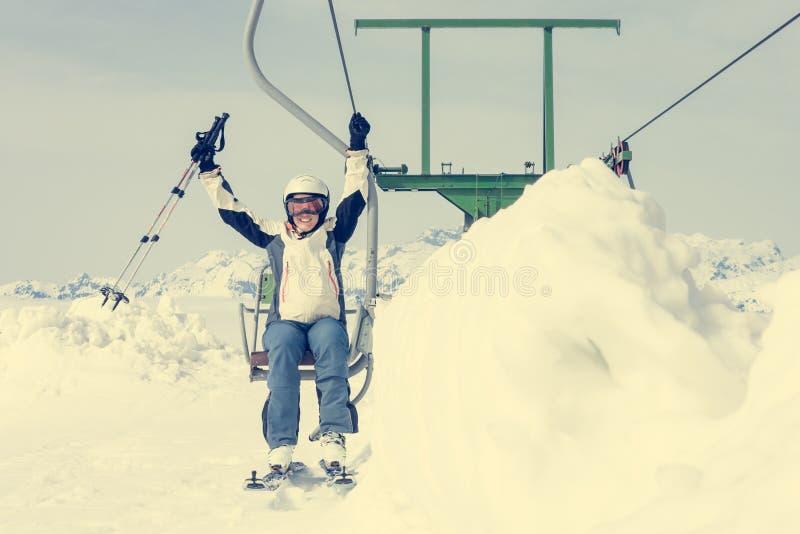 Счастливый женский лыжник ехать подъем стоковые фотографии rf