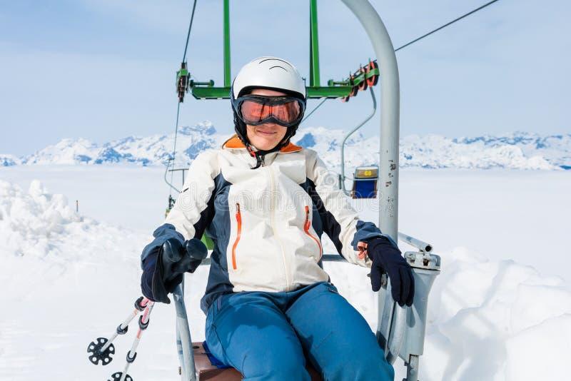 Счастливый женский лыжник ехать подъем стоковая фотография rf
