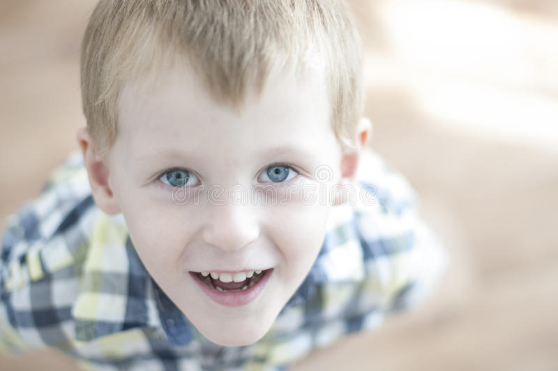 Счастливый жизнерадостный ребенк стоковая фотография