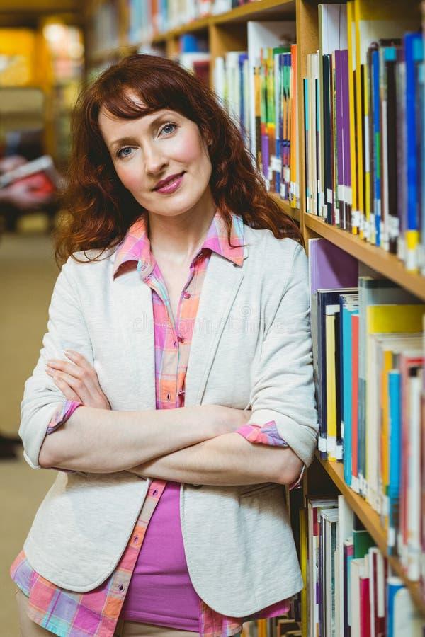 Счастливый зрелый студент в библиотеке стоковые фото