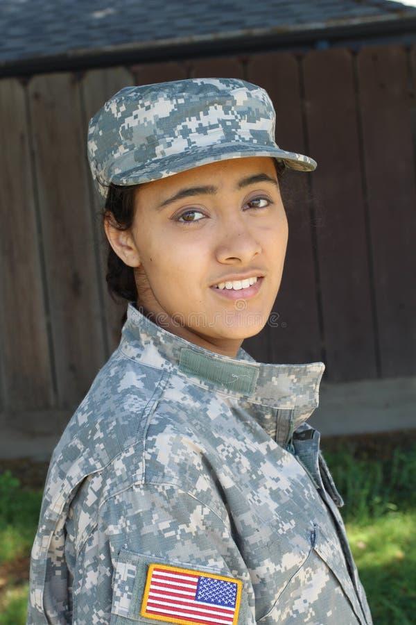 Счастливый здоровый этнический женщина-солдат армии стоковая фотография