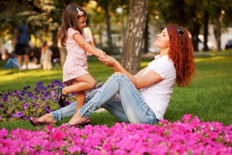 Счастливый играть матери и дочери стоковые изображения