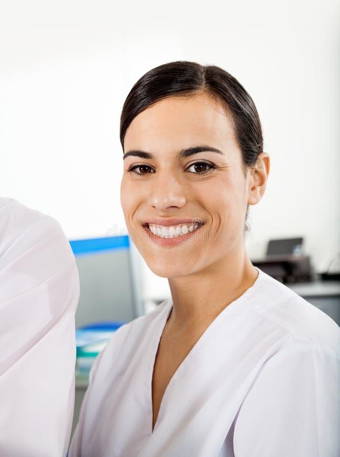 Счастливый исследователь в больнице стоковая фотография