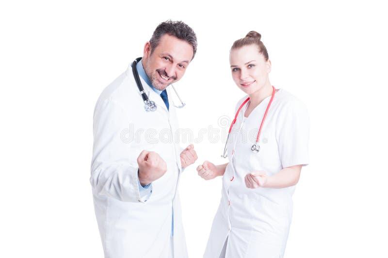 Счастливый и жизнерадостный поступок докторов как победители стоковая фотография rf