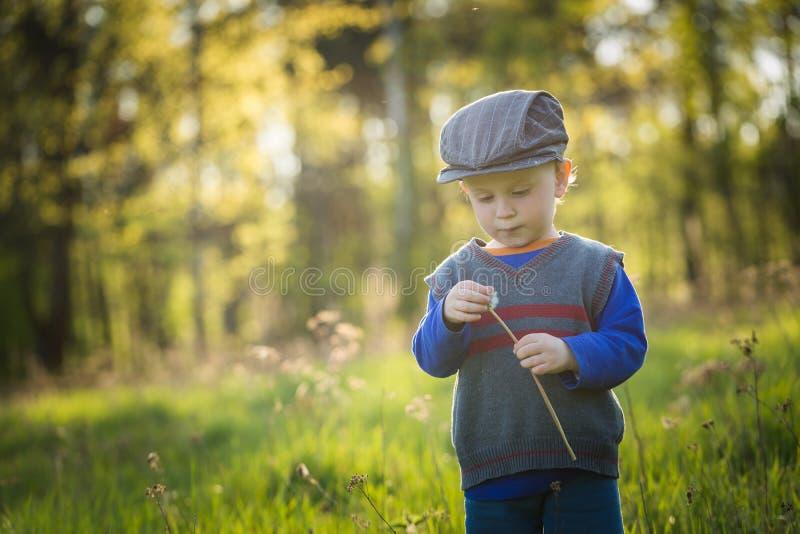 Счастливый кавказский играть мальчика внешний стоковое фото rf
