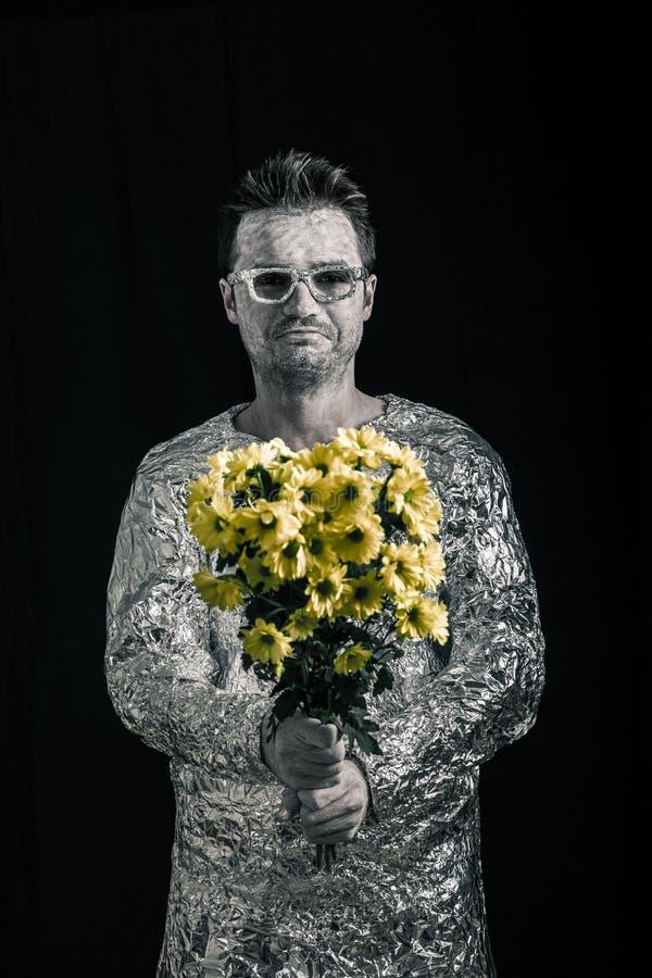Счастливый космонавт с цветками стоковая фотография