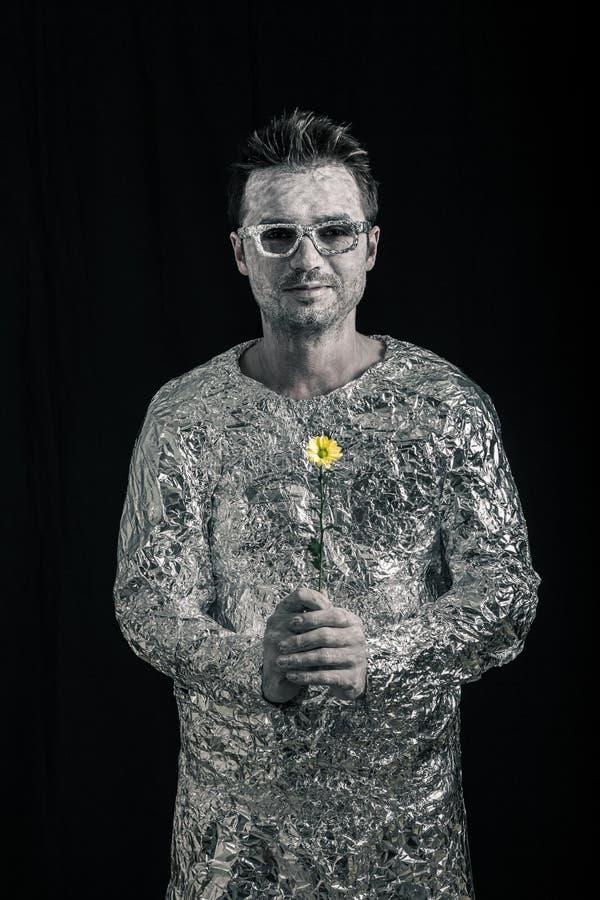 Счастливый космонавт с цветком стоковое фото