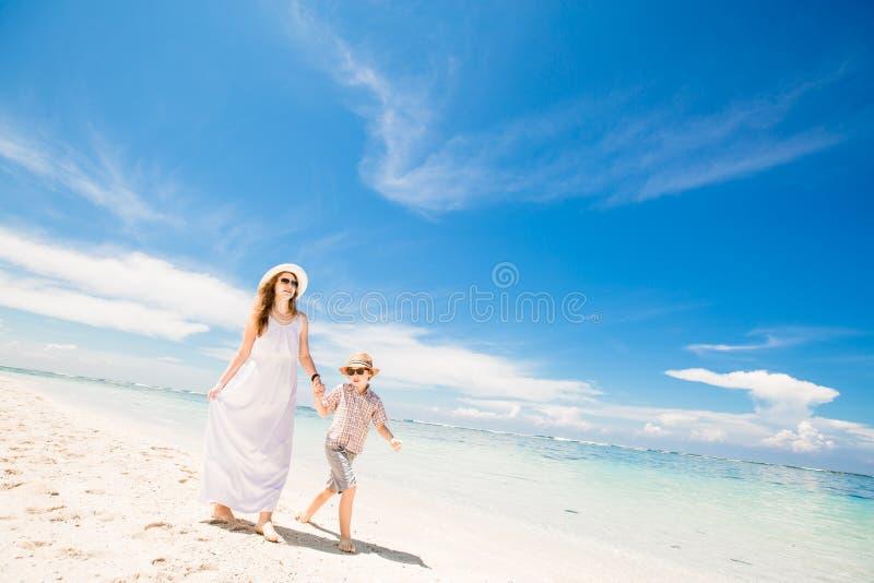 Счастливый красивый молодой наслаждаться матери и сына стоковая фотография