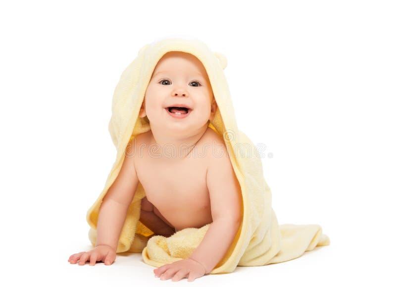 Счастливый красивый младенец в желтом изолированном полотенце стоковые фото