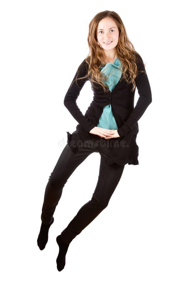 Счастливый красивый скакать молодой женщины стоковые изображения rf