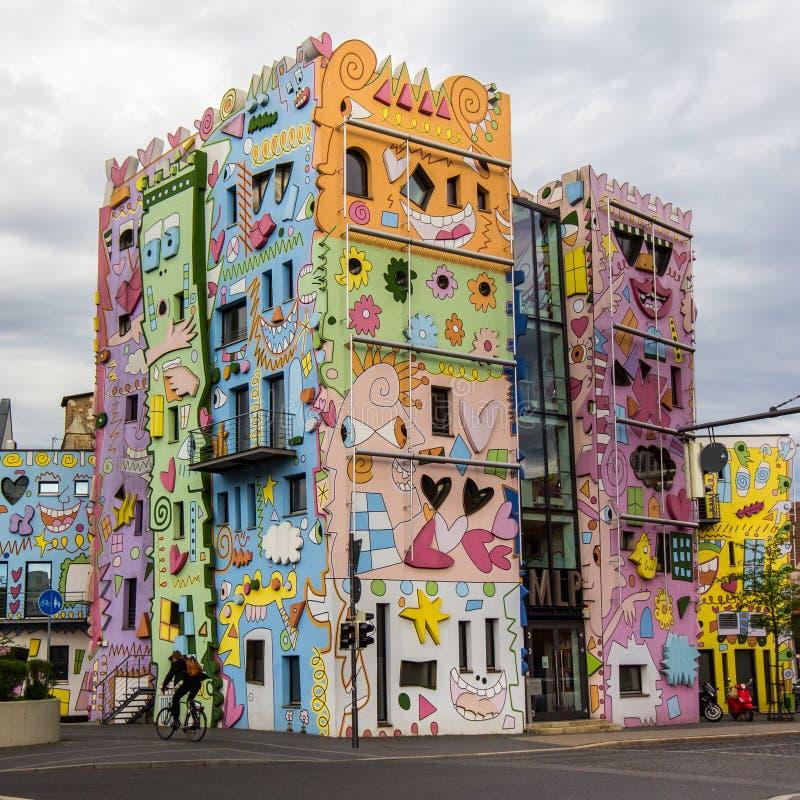 Счастливый красочный современный дом стоковые изображения rf