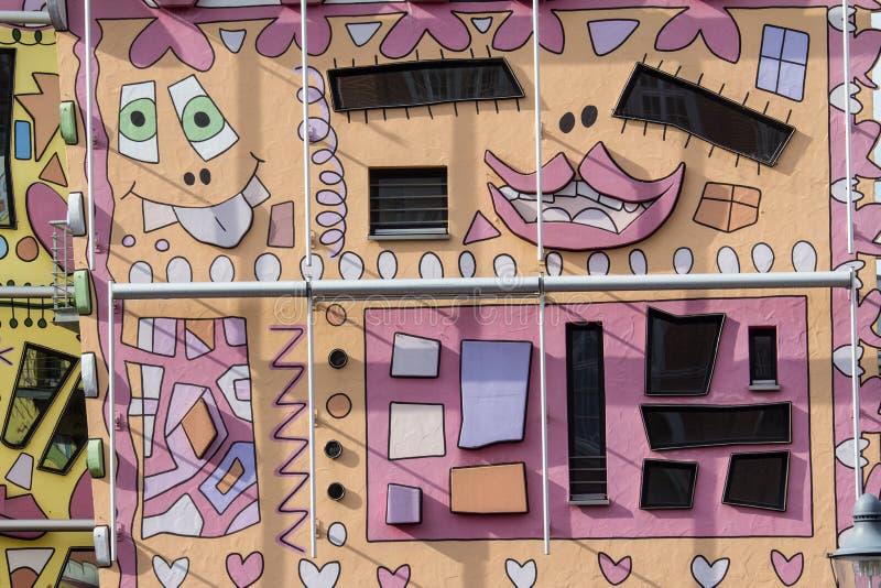 Счастливый красочный современный дом стоковая фотография rf
