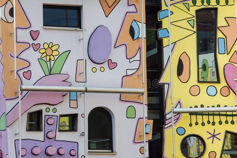 Счастливый красочный современный дом стоковые изображения