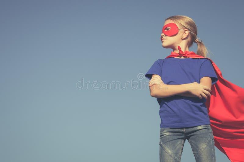 Счастливый маленький ребенок играя супергероя стоковые фотографии rf