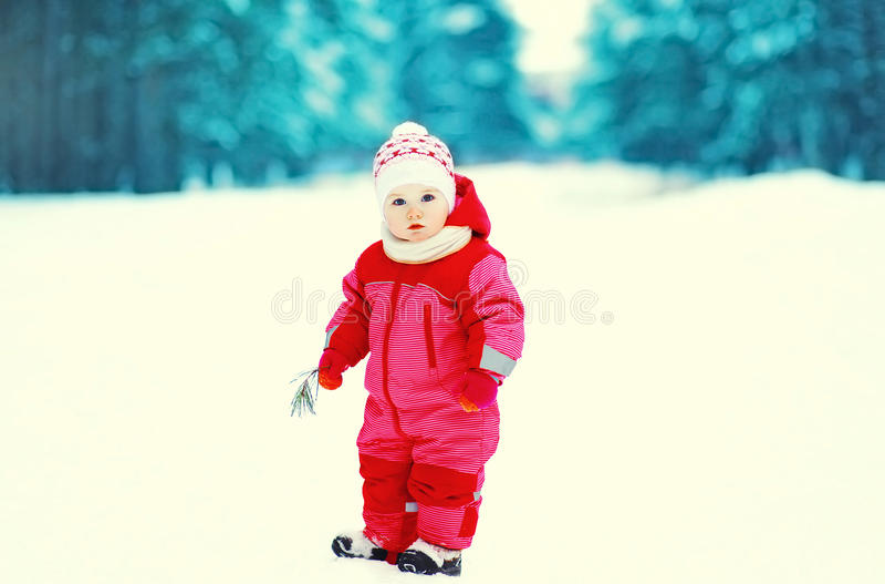 Счастливый маленький ребенок идя в зимний день стоковое изображение