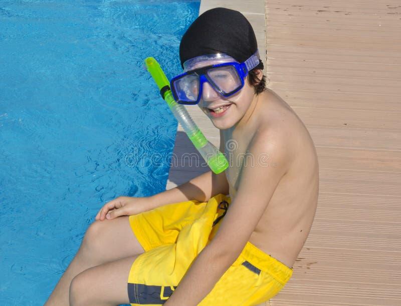 Счастливый мальчик в бассейне стоковое изображение