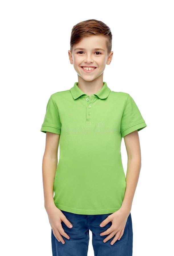 Счастливый мальчик в зеленой футболке поло стоковые изображения rf