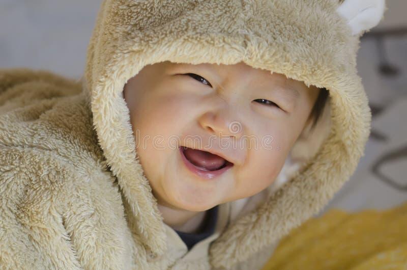 Счастливый мальчик в одеждах медведя с большой улыбкой стоковая фотография rf