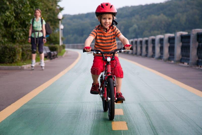 Счастливый мальчик ехать велосипед стоковые изображения rf