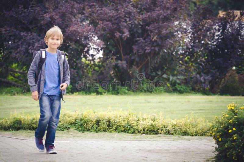 Счастливый мальчик с рюкзаком, который нужно пойти школа Образование, назад к школе, концепция людей стоковое фото rf