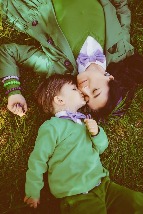 Счастливый мальчик целует его мать стоковые фото