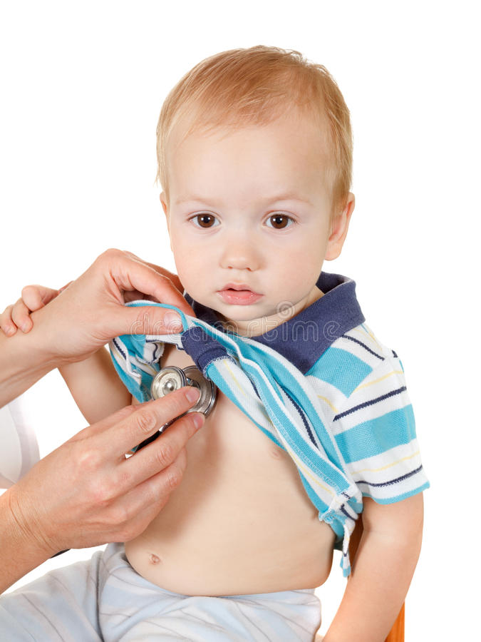 Счастливый мальчик, экзамен здоровья на офисе доктора На белой предпосылке стоковые фото