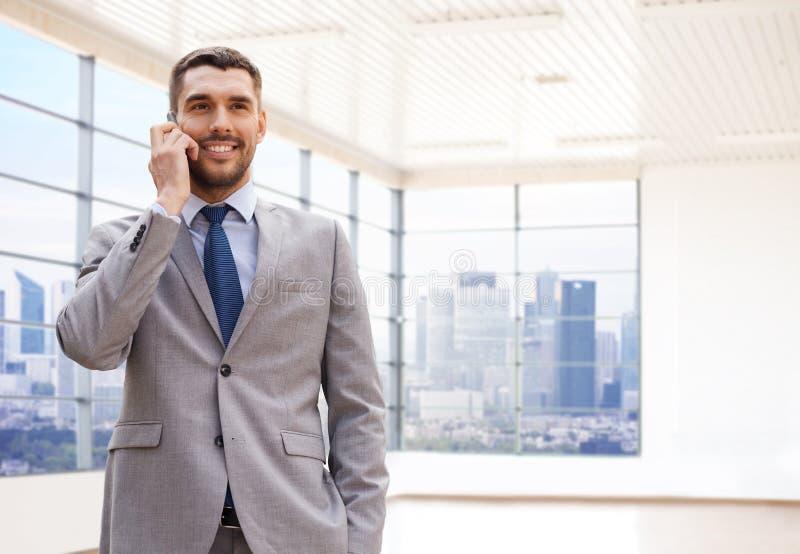 Счастливый молодой бизнесмен вызывая на smartphone стоковые изображения rf