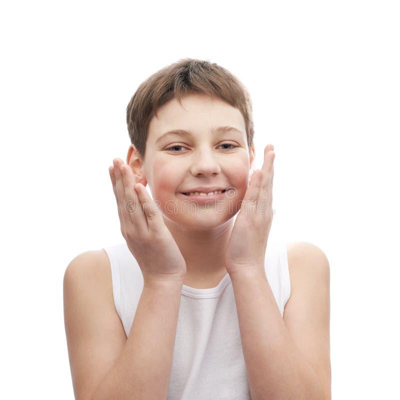 Счастливый молодой мальчик в безрукавной рубашке стоковая фотография
