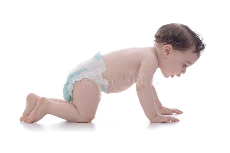 Счастливый молодой младенец уча вползать стоковое изображение