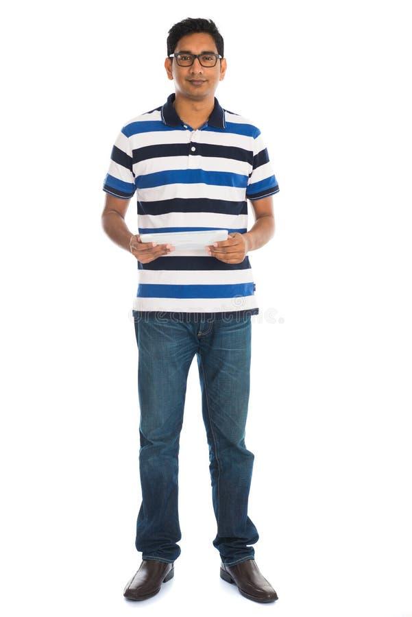 Счастливый молодой человек используя таблетку цифров стоковая фотография rf