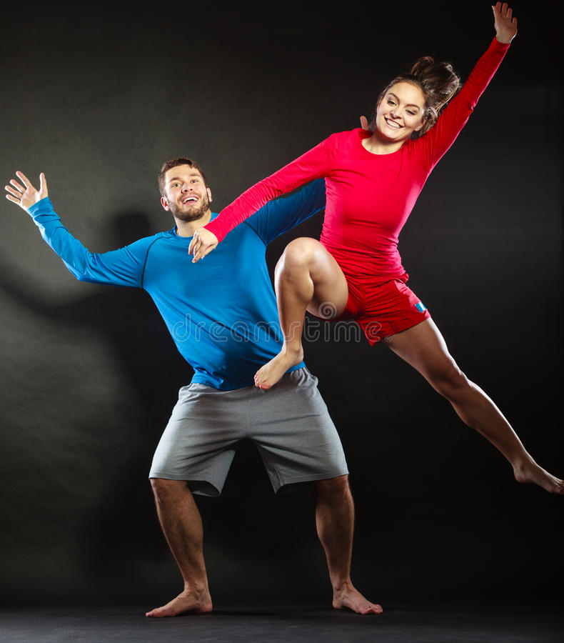 Счастливый молодые человек и женщина пар скача для утехи стоковое изображение rf