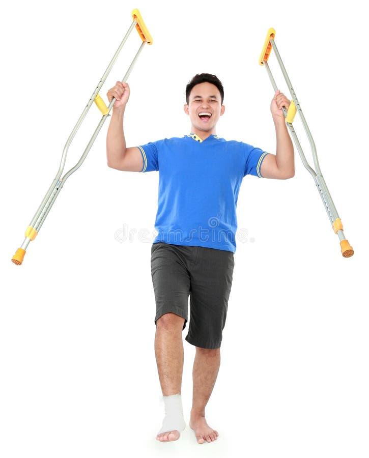 Download Счастливый мужчина с сломленной ногой используя костыль Стоковое Фото - изображение насчитывающей изолировано, владение: 37929040