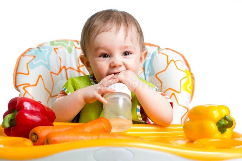 Счастливый младенец выпивая от бутылки стоковые фотографии rf
