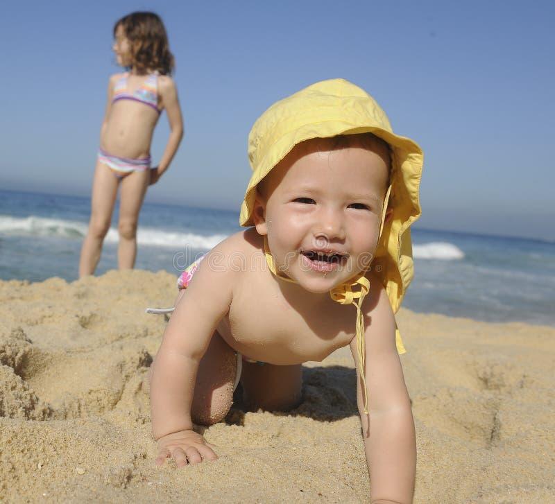 Счастливый младенец на пляже стоковые изображения rf