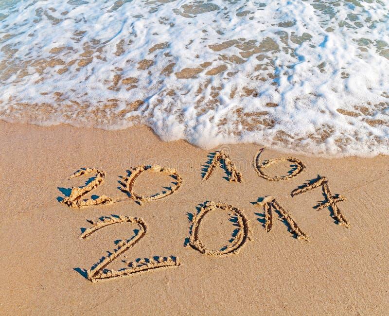 Счастливый Новый Год 2017 заменяет концепцию 2016 на пляже моря стоковое изображение rf