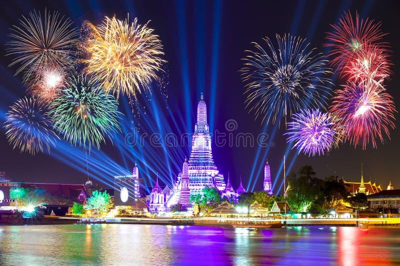Счастливый Новый Год 2016, комплекс предпусковых операций 2016 на Wat ArunTemple, фейерверках, w стоковое фото rf