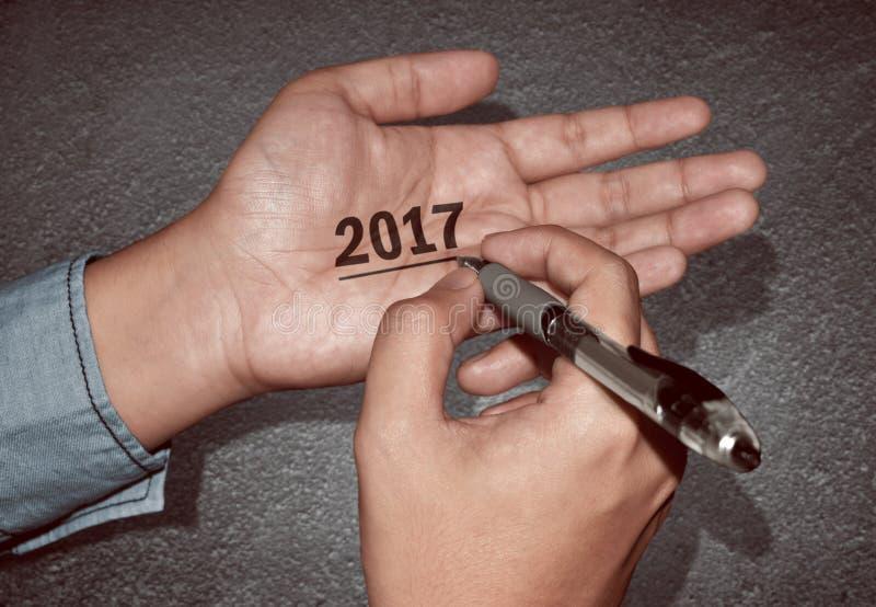 Счастливый Новый Год пишет 2017 в руке стоковое изображение rf