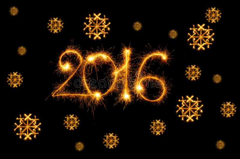 Счастливый Новый Год - 2016 при снежинки сделанные бенгальскими огнями на черноте стоковое фото