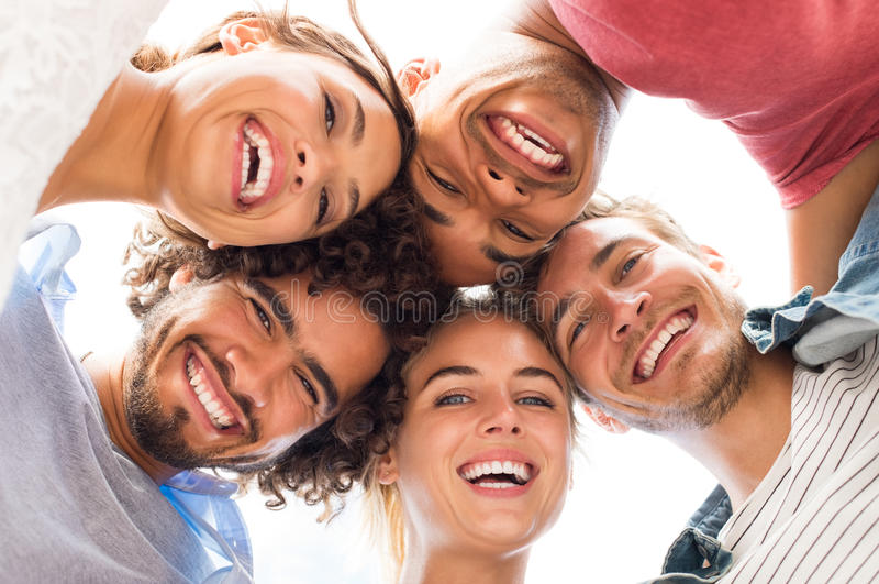 Счастливый обнимать друзей стоковая фотография rf